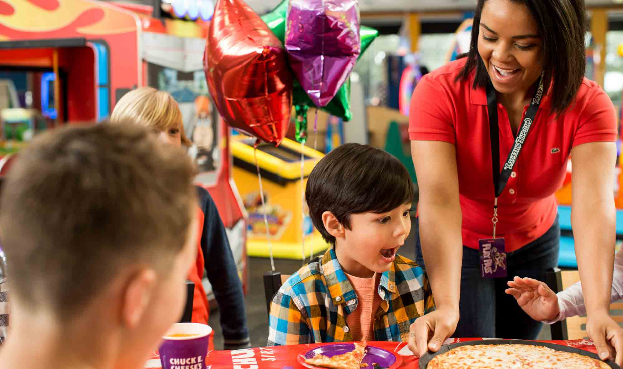 Employee bringing kids pizza